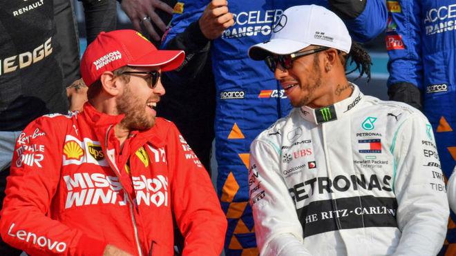 Vettel y Hamilton sonríen.