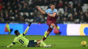 Jefferson Lerma va al piso durante el juego ante el West Ham.