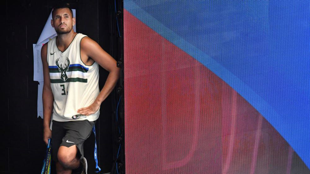 Kyrgios espera para poder entrenar en las pistas de Brisbane.