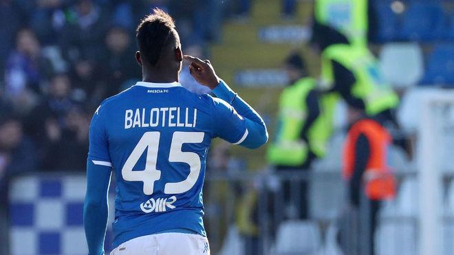 Balotelli hace un gesto a la grada ante los insultos racistas.