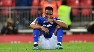 Yerry Mina se lamenta al término del partido.