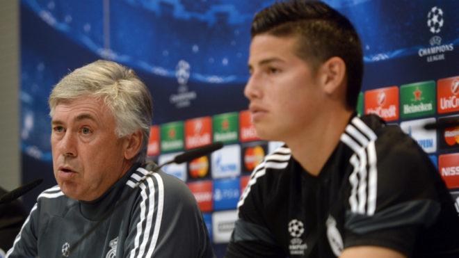 Ancelotti y James dialogan con los medios de comunicación.
