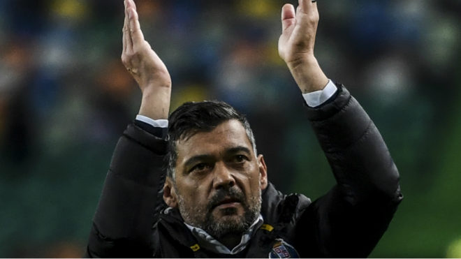 Sérgio Conceição saluda a los hinchas del Porto que asistieron al...