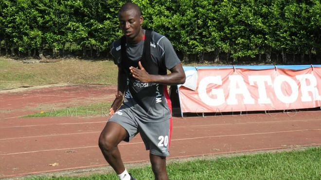 Adrián Ramos realiza un ejercicio en el entrenamiento de este lunes.