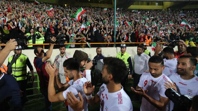Los jugadores de Irán saludan a la afición después de un partido de...