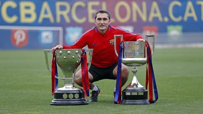 Valverde posa con el doblete de Liga y Copa logrado en el primer año...