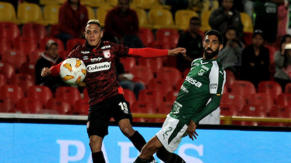 Diego Valdés remata ante la mirada de Hernán Menosse.