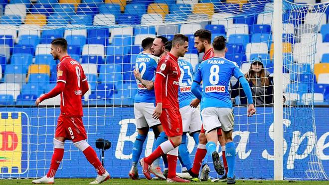 Ospina es felicitado por sus compañeros.