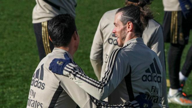 James y Bale comparten en la práctica de este viernes.