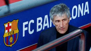 Quique Setién sale del vestuario rumbo al césped del Camp Nou.