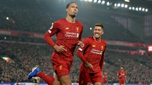Virgil van Dijk corre a celebrar el primer gol en compañía de...
