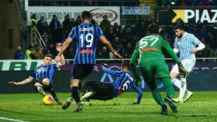 Andrea Petagna remata para gol del SPAL.