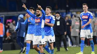 Los jugadores del Nápoles celebran el triunfo ante su afición.