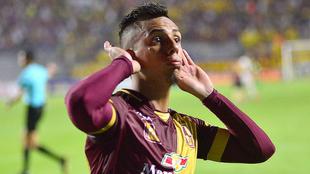 Álex Castro festeja un tanto con la camiseta del Deportes Tolima.
