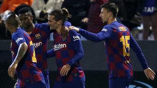 Los jugadores del Barcelona felicitan a Griezmann por el tanto marcado...
