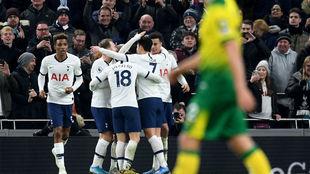 Los jugadores del Tottenham celebran el tanto de Son que dio la...