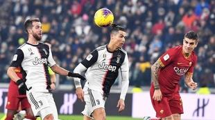 Pjanic y Cristiano Ronaldo, en una jugada de ataque ante la Roma