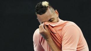 Kyrgios se seca el sudor de la cara en el juego ante Gilles Simon.