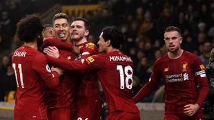 Los jugadores del Liverpool celebran el tanto del triunfo de Firmino.