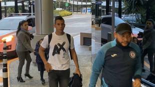Álex Castro arriba a México a realizarse los exámenes médicos.