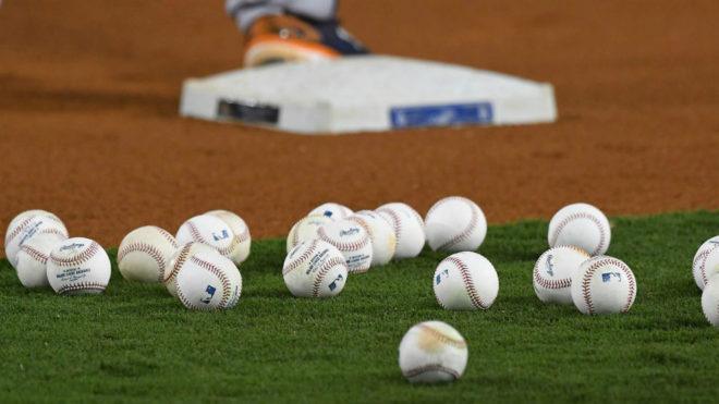 Pelotas de béisbol en un diamante.