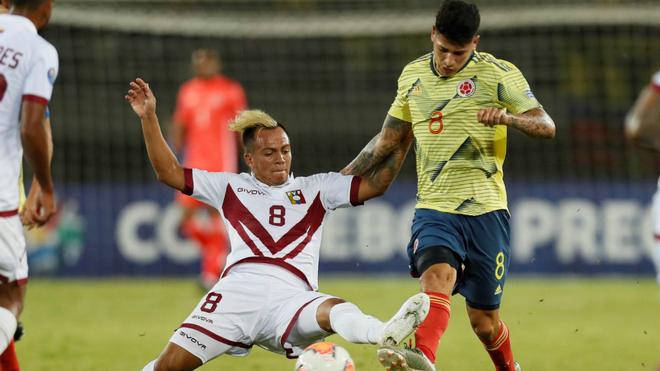Christian Rivas intenta sacarle el balón a Carrascal, durante el...