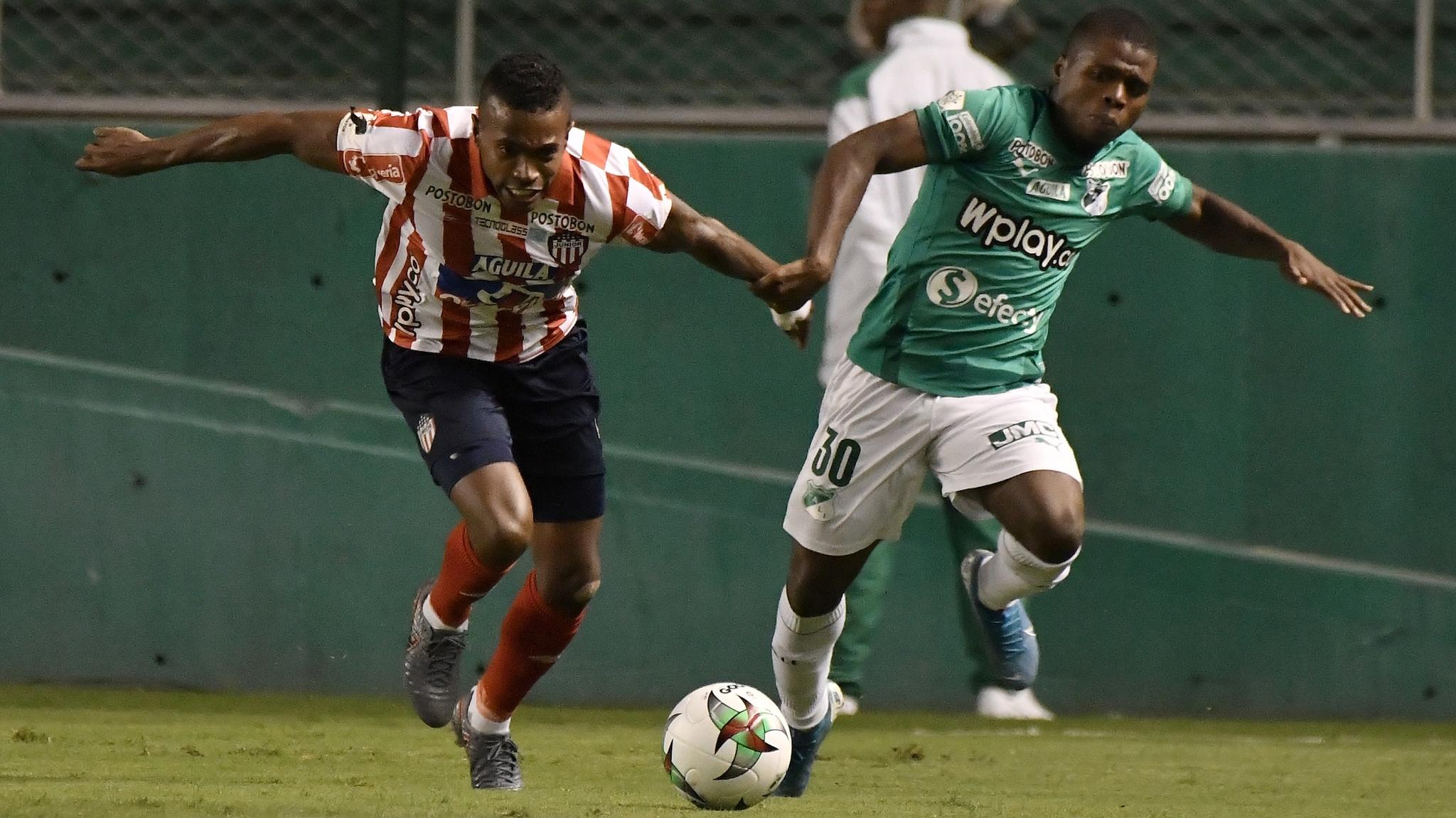 Déiber Caicedo disputa un balón con Fabián Viáfara.