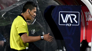 El árbitro Mario Herrera consulta el VAR en el juego...