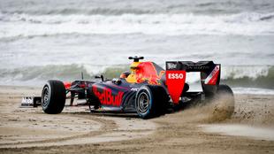 Un vehículo Red Bull racing en la playa.