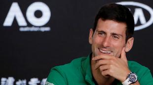 Nole sonríe tras ganar el Abierto de Australia.