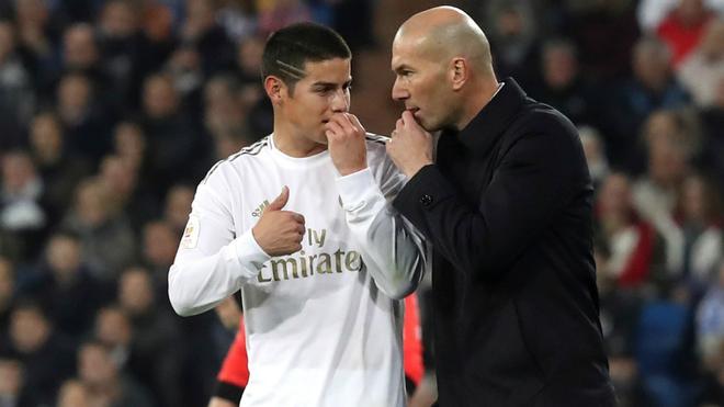 James dialoga con Zidane durante el juego ante la Real.