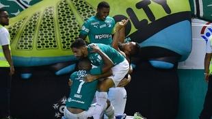 Carlos Lizarazo celebra junto a sus compañeros el gol del Deportivo...