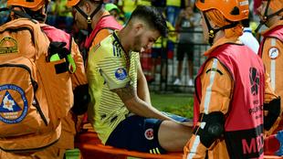 Benedetti sale en camilla del estadio Alfonso López.
