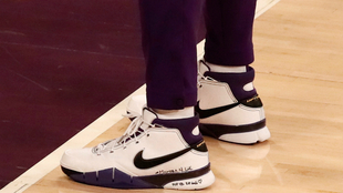 Unos zapatos con el mensaje de homenaje a Kobe Bryant.