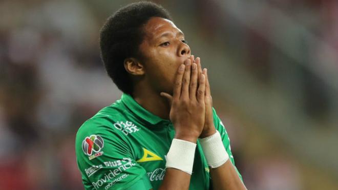 Yairo se lamenta durante un encuentro con el Club León.