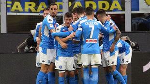 Los jugadores del Nápoles celebran el tanto de Fabiñan Ruiz.