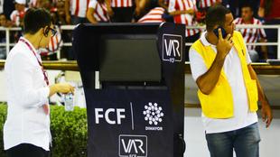 El VAR durante un juego de Junior en Barranquilla.
