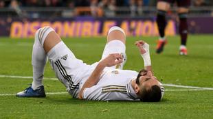 Karim Benzema se lamenta sobre el césped del Bernabéu.