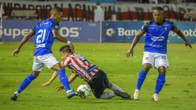 Sherman Cárdenas cae en medio de la marca de Marcelino Carreazo y Pablo Rojas.