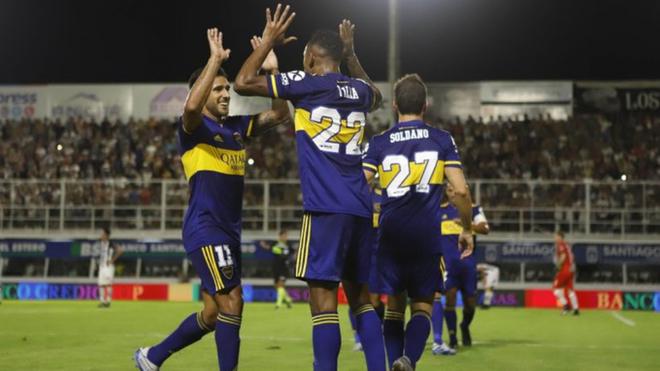 Villa es felicitado por sus compañeros.