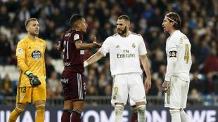 Jeison Murillo, con Benzema y Sergio Ramos, en el partido contra el...