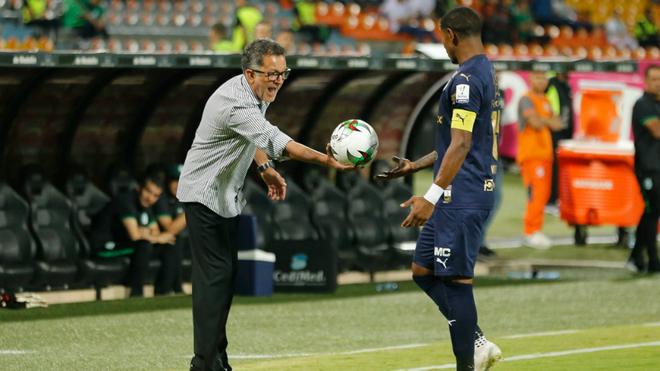 Osorio le entrega el balón a Juan Camilo Angulo en el pasado partido.