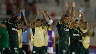 Jugadores de Atlético Nacional aplauden a los aficionados que vijaron...