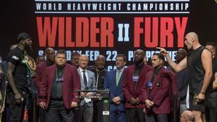 Deontay Wilder y Tyson Fury durante el pesaje.