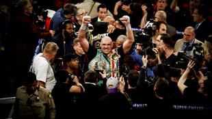 Tyson Fury celebra su título ante los medios de comunicación.