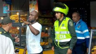 Momento en que el fue detenido por la autoridades locales.
