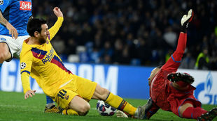 Leo Messi choca contra David Ospina.