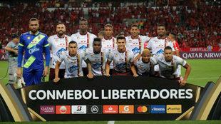 Jugadores del Tolima forman en el Beira-Río.