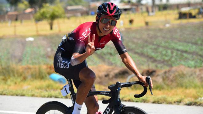 Egan Bernal sonríe en una carrera.