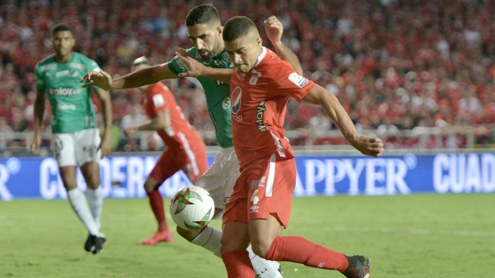 Carlos Sierra, a punto de rematar ante la marca de Hernán Menosse.